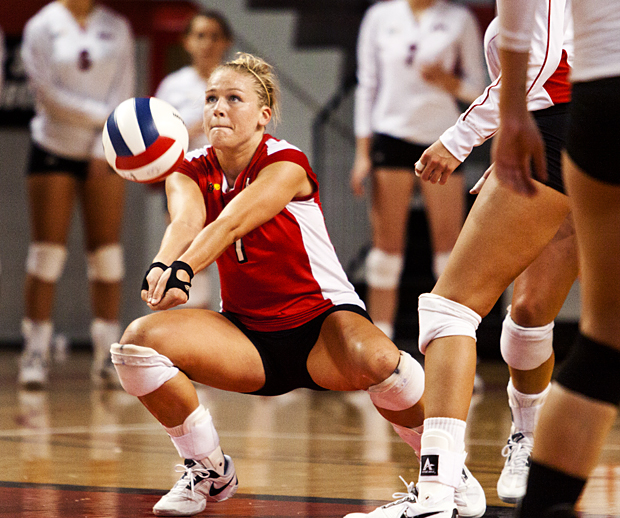 Sophomore+Sarah+Rogers+digs+a+ball+during+the+third+set+of+the+Lady+Toppers%27+match+against+Central+Arkansas+in+the+WKU+Tournament+at+Diddle+Arena+on+Saturday+evening.+WKU+won+the+match+in+the+first+three+sets.++CHRIS+FRYER%2FHERALD