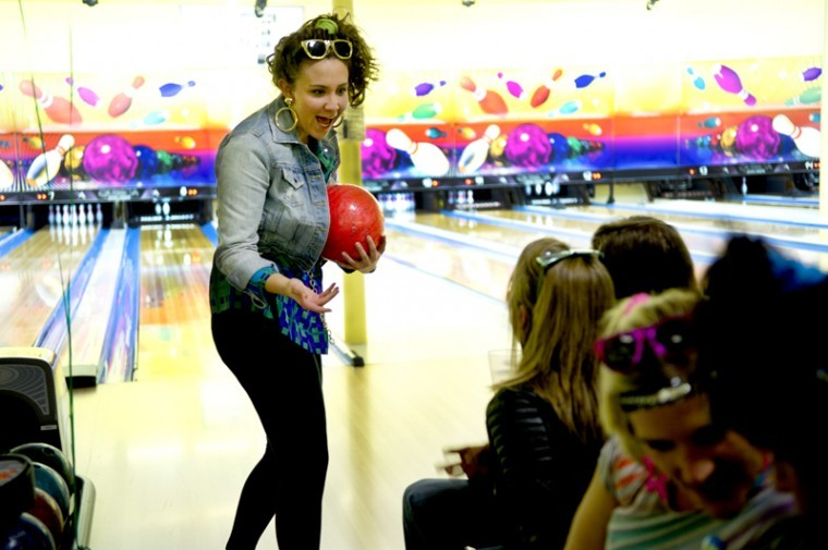 DeAnn+Wright%2C+a+nursing+student+from+Franklin%2C+jokes+with+her+team+before+she+goes+up+to+bowl+at+Bowl+for+Kid%27s+Sake%2C+a+benefit+event+for+Big+Brothers+Big+Sisters.+Wright+came+to+the+event+with+the+Kentucky+Association+of+Nursing+Students.%0A