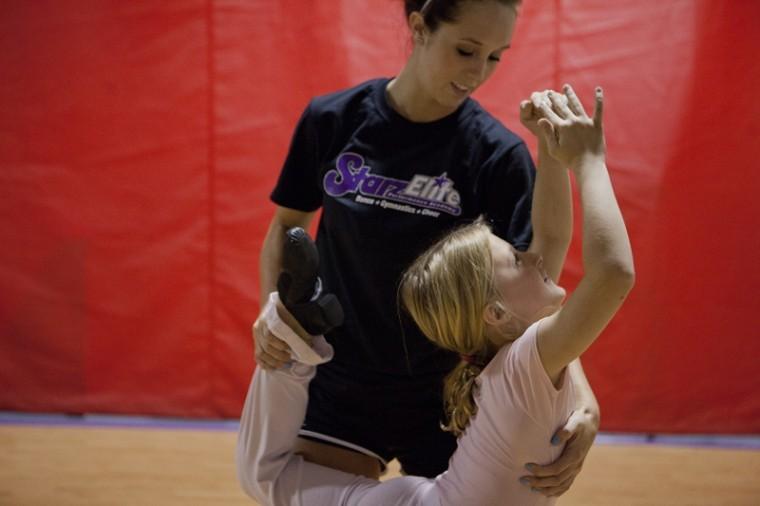 Clarksville%2C+Tenn.+senior+Brettne+Vasek+teaches+a+class+at+Starz+Elite+Dance+Studio+in+Bowling+Green.%0A