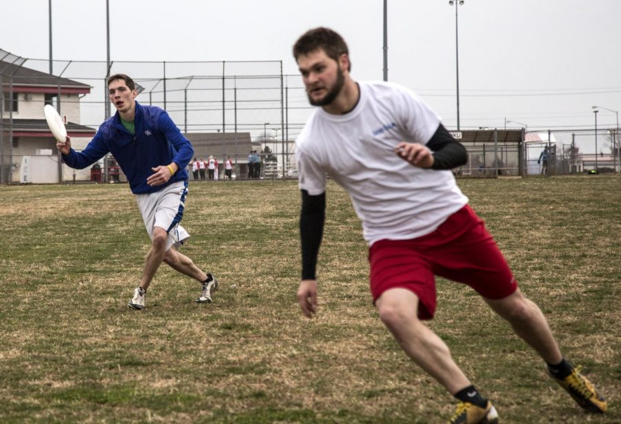 Shelbyville+freshman+Alex+Hamilton+prepares+to+throw+the+frisbee+to+Leitchfield+sophomore+Zach+Berry+during+an+Ultimate+Frisbee+drill+at+the+Hattie+L.+Preston+Intramural+Complex.+The+drill+simulated+in-game+action+and+allowed+the+Ultimate+Frisbee+Club+to+practice+quick+throws+and+fast+thinking.+%28Luke+Franke%2FHERALD%29
