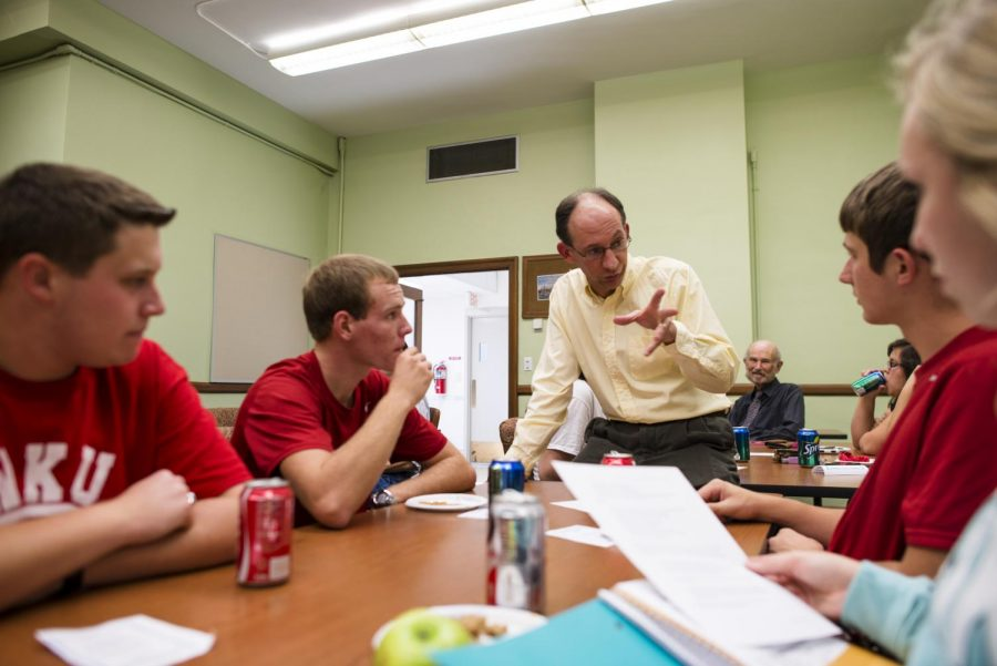 History+majors+and+minors+listen+to+Associate+Professor+Anthony+Harkins+during+a+history+department+trivia+night.+William+Kolb%2FHERALD