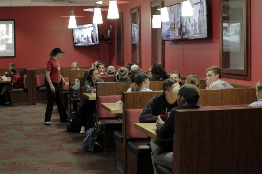 Students+eat+at+WKU%27s+sports+themed+restaurant%2C+RedZone.+A+Student+Government+Association+resolution+would+support+the+selling+of+alcoholic+drinks+in+on-campus+restaurants+if+passed.+Bria+Granville%2FHERALD