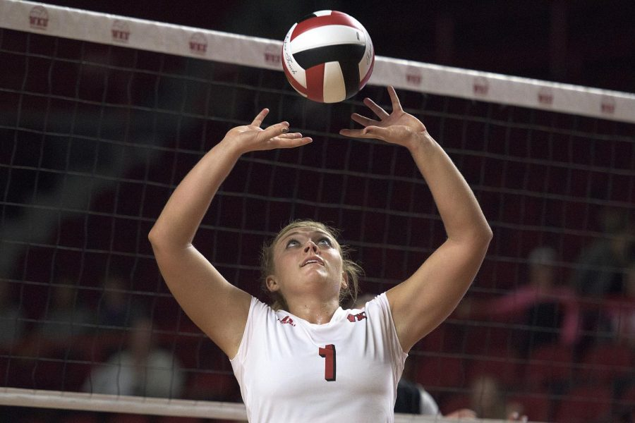 Sophomore+Jessica+Lucas+sets+the+ball+during+the+UTSA+game+at+Diddle+Arena%2C+Oct.+9%2C+2015.+Abbey+Tanner%2FHERALD
