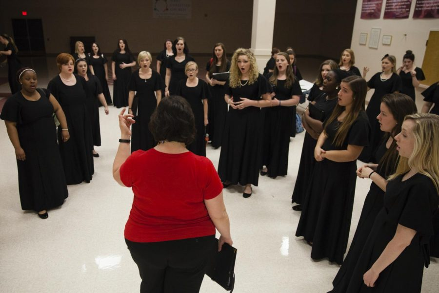 Jennifer+Adams%2C+director+of+the+WKU+Women%27s+Chorus%2C+warms+up+the+group+before+the+WKU+Women%E2%80%99s+Chorus+and+Bowling+Green+High+School+Bellissima+benefit+concert+on+Tuesday.+The+concert+was+held+for+Hope+Harbor+in+honor+of+Women%E2%80%99s+History+Month+at+First+Christian+Church+in+Bowling+Green+on+Tuesday.+SHABAN+ATHUMAN%2FHERALD