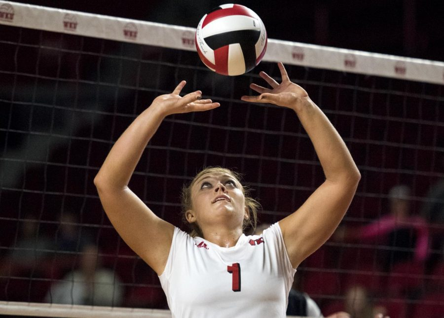 Junior+setter+Jessica+Lucas+%281%29+sets+the+ball+during+WKU%27s+game+against+UTSA+on+Oct.+9%2C+2015%2C+at+Diddle+Arena.+Abbey+Tanner%2FHERALD