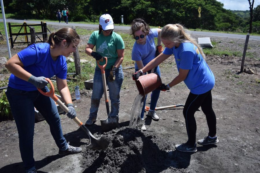 WKU+students+participate+in+their+water+brigade+by+digging+trenches+that+provide+clean%2C+quick+drinking+water+in+Nicaragua.