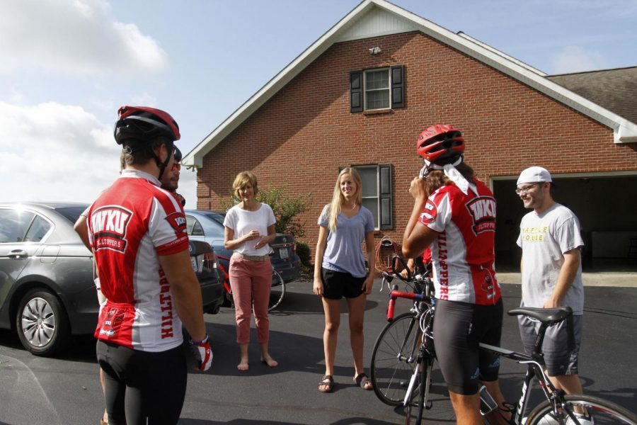 The+team+talks+with+hosts%2C+WKU+senior+Amelia+and+her+mother+Angela+Little%2C+after+a+team+prayer.+On+a+typical+morning%2C+the+Bike4Alz+team+will+wake+up+at+6a.m+to+get+ready+and+start+their+daily+ride.+Rebekah+Alvey%2FWKU+Herald