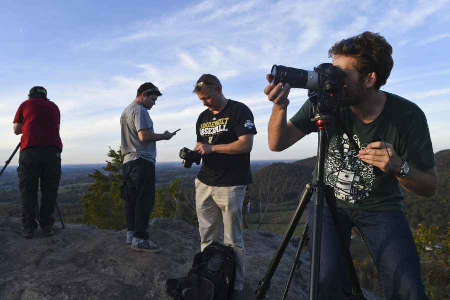 Participants+of+the+Mountain+Workshops+time-lapse+section+set+up+camera+equipment+to+document+the+sunset+at+West+Pinnacle+on+Oct.+23+in+Berea.+The+Mountain+Workshops+hosted+a+time-lapse+workshop+led+by+Grant+Kaye+for+the+second+year+last+week.+Harrison+Hill%2FHERALD