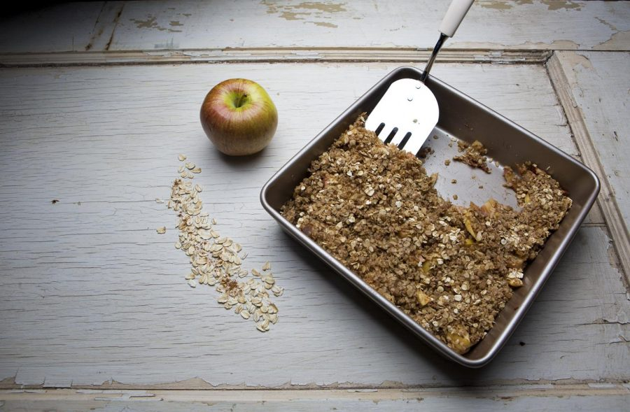 Baked apples with crispy oats.