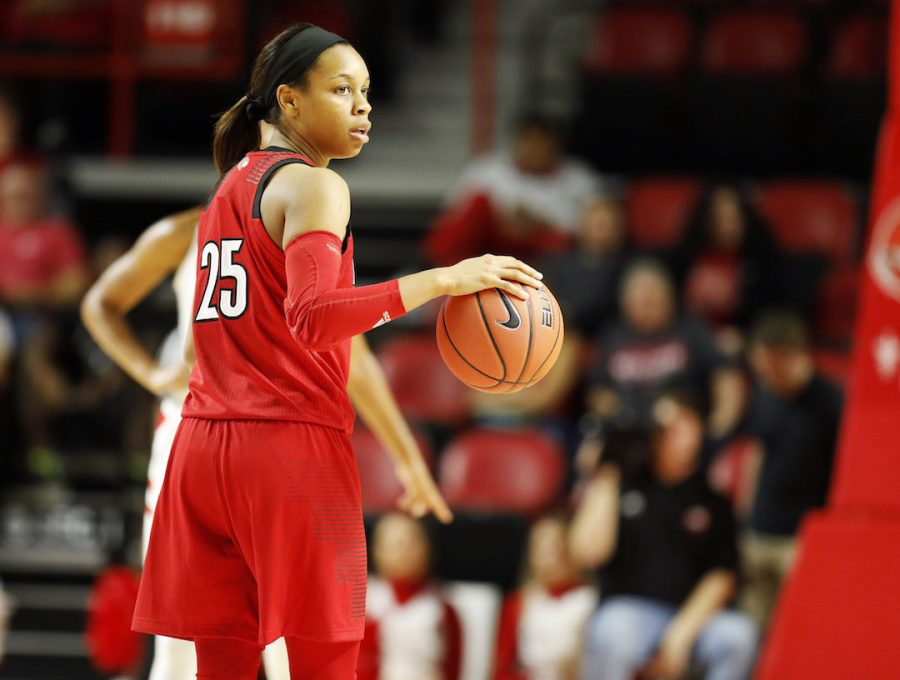 Louisville+senior+guard+Asia+Durr+%2825%29+sets+up+Louisville%27s+offense+in+WKU%27s+102-80+loss+to+the+Cardinals+in+Diddle+Arena+Tuesday.+Durr+scored+33+points+in+U+of+L%27s+win.%C2%A0