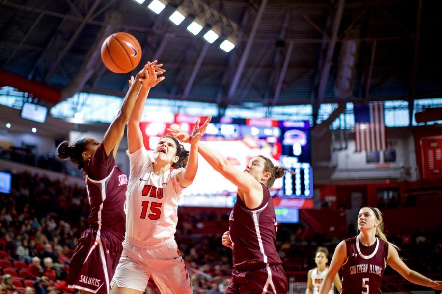 Ladytopper+Raneem+Elgedawy+drives+to+the+net+while+being+fouled+by+Southern+Illinois+University%27s+defense+at+EA+Diddle+Arena+on+Nov.+20.