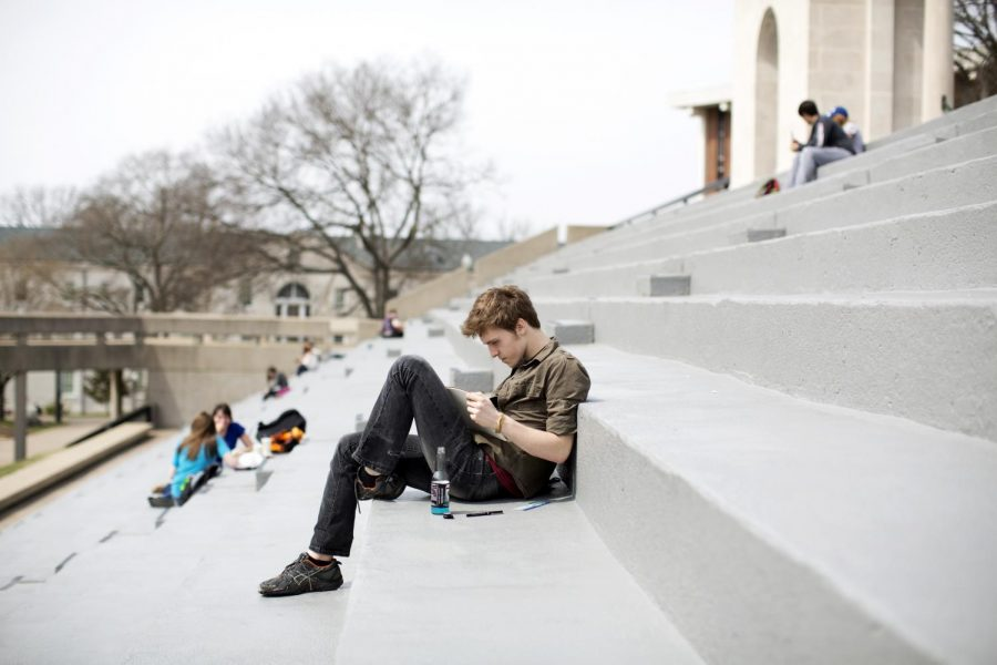 Lexington+freshman+Isaac+Barnes+draws+on+the+steps+of+the+Colonnade+on+Friday.+With+highs+in+the+upper+60s%2C+students+made+sure+to+take+advantage+of+the+beautiful+weather+by+relaxing+out+outside.+%28Luke+Franke%2FHERALD%29