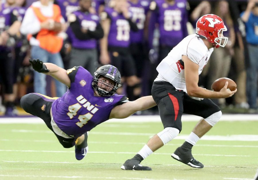 Northern+Iowa%27s+Jared+Brinkman+lunges+for+Youngstown+State+quarterback+Nathan+Mays+during+a+game+in+2019+in+the+UNI-Dome.