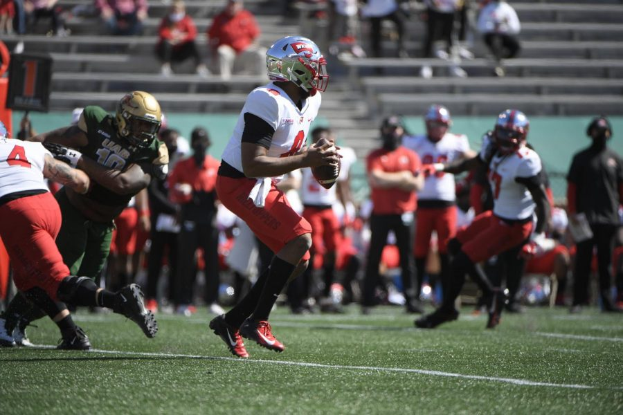 WKU+quarterback+Kevaris+Thomas+drops+back+in+the+pocket+to+pass+against+UAB+on+Oct.+17%2C+2020.