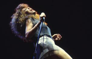 Portrait de la chanteuse américaine Tina Turner en concert en juin 1990 à Versailles, France. (Photo by ARNAL/Gamma-Rapho via Getty Images)