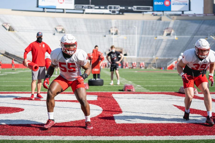 UW linebacker Maema Njongmeta (55) dealt with a hernia and a torn groin along with COVID-19 and a heart-health scare in 2020, limiting him to one game.