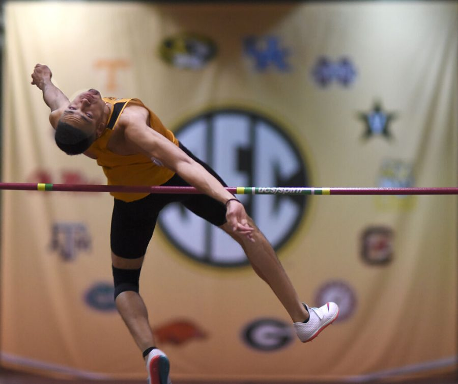 MU Roberto Vilches jumps over the bar