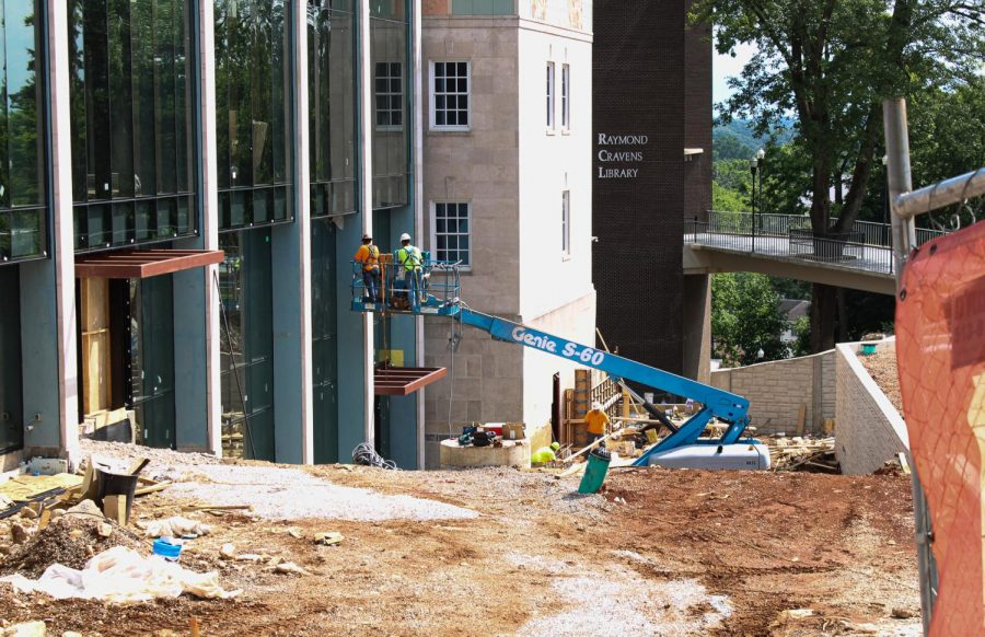 As+summer+continues%2C+construction+on+the+Commons+at+Helm+Library+continues.+It+is+expected+to+be+finished+by+the+fall+semester.