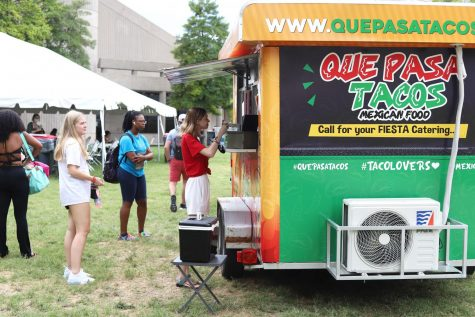 Students order at the Que Pasa Tacos truck in the FAC courtyard on Friday. Food trucks are available Monday to Friday from 12 p.m. to 2:30 p.m.